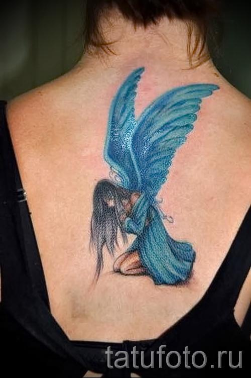 Тату фея с голубыми крыльями - работа по центру спины