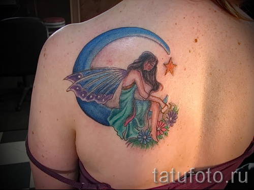 Тату фея - цветная работа с луной на лопатке девушки