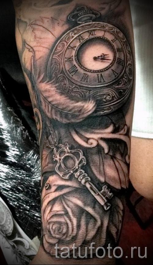Тату черная роза и старинные часы