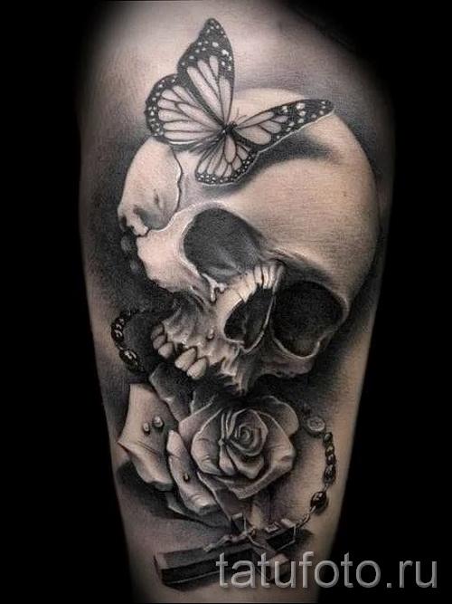 Тату черная роза и череп с бабочкой