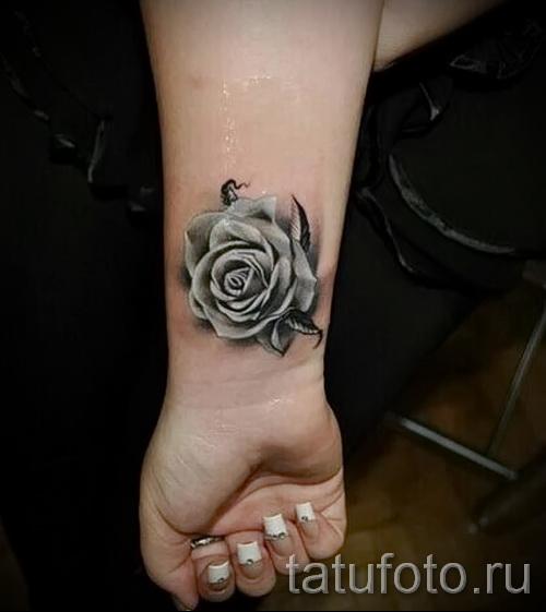 Тату черная роза на запястье для женщины