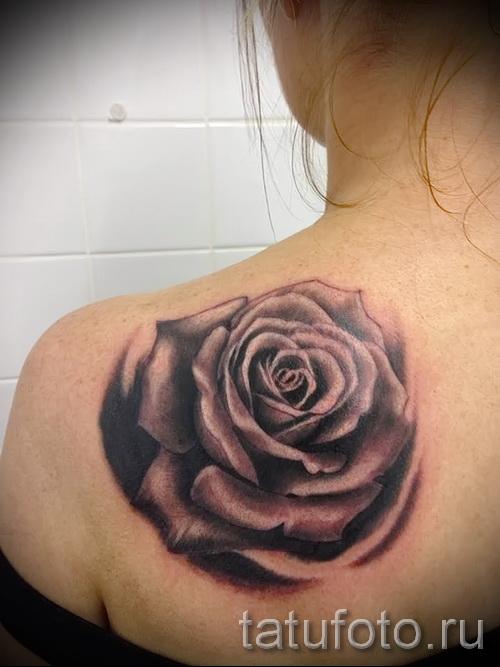 Тату черная роза на лопатке у молодой девушки
