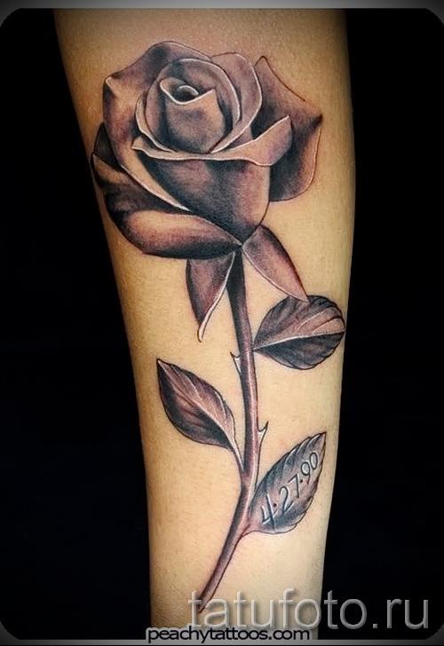 Тату черная роза на ножке - выполнена на предплечье