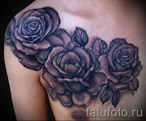Тату черная роза на плече и груди мужчины