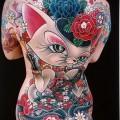 Фото нью скул тату - кошка и цветы на всю спину девушки