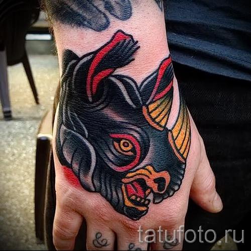 Фото пример тату носорог - олд скул стиль - выполнена на кулаке