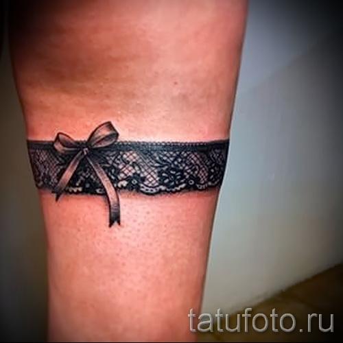 Фото с татировкой подвязкой для девушки 4