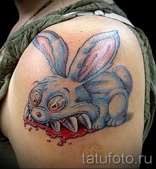 Фото татуировки с кроликом впился зубами в тело - тату прикол