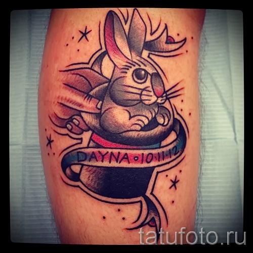 Фото татуировки с кроликом в шляпе и лента с надписями