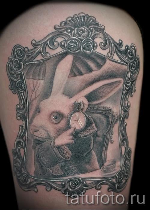 Фото татуировки с кроликом и часами - кролик отражается в зеркале