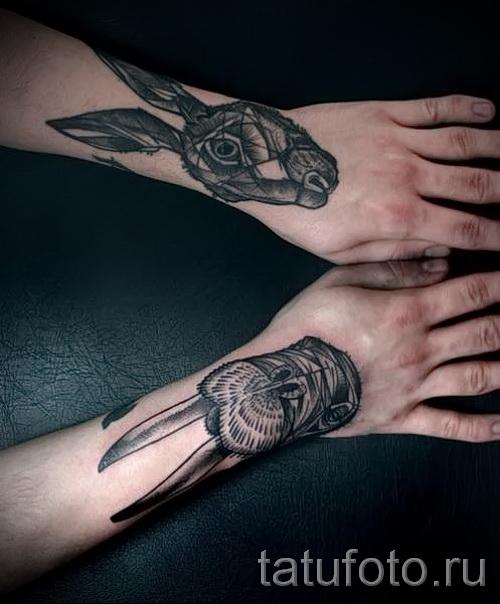 Фото татуировки с кроликом на запястьях у мужчина - парная татуировка на две руки