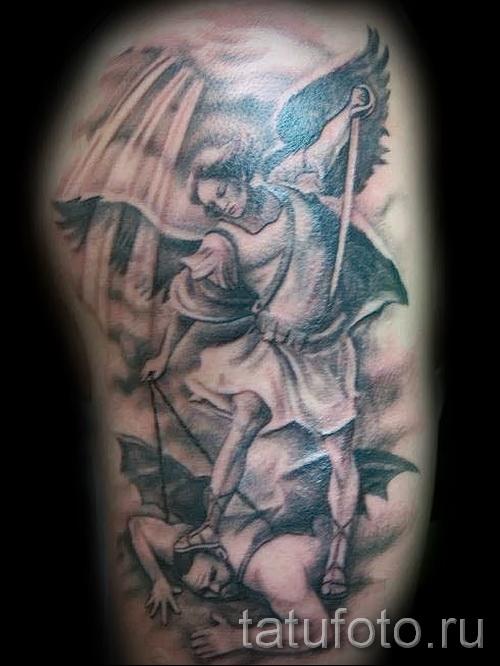 Фото тату архангел Михаил - закалывает мечем поверженного демона с крыльями