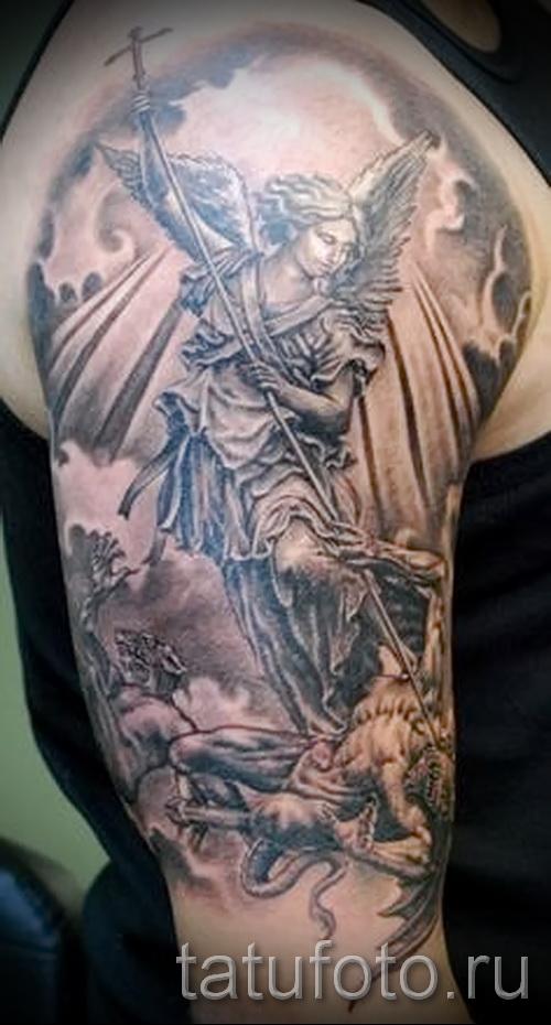 Фото тату архангел Михаил с копьем - тату на руке и плече у парня