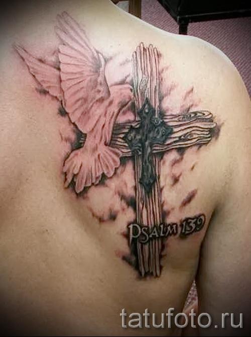 Фото тату голубь и крест на лопатке у мужчины