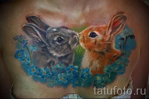 Фото тату кролик и цветы - татуировка на груди
