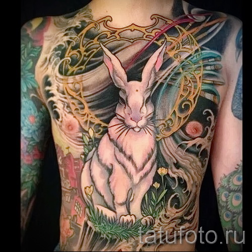 Фото тату кролик на груди и животе у мужчины