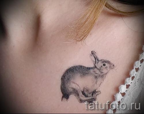 Фото тату кролик на ключице у девушки - красивый вариант