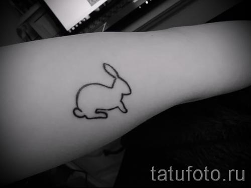 Фото тату кролик - силует на руку