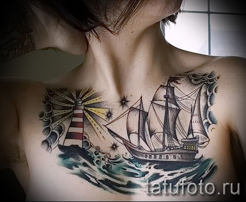 Фото тату парусник на груди у красивой девушки