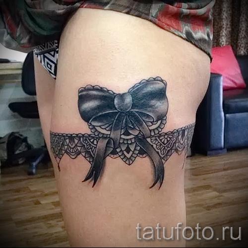 Фото тату подвязка с черным бантиком на лентах