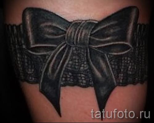 Фото тату подвязка черного цвета и большой черный бант