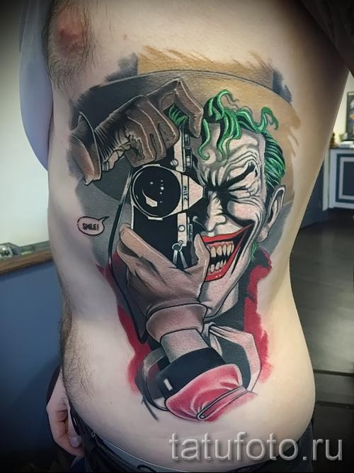 фото пример тату джокер с фотоаппаратом - татуировка на боку