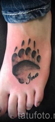 Тату лапа медведя пример на фото – вариант с именем внизу ноги