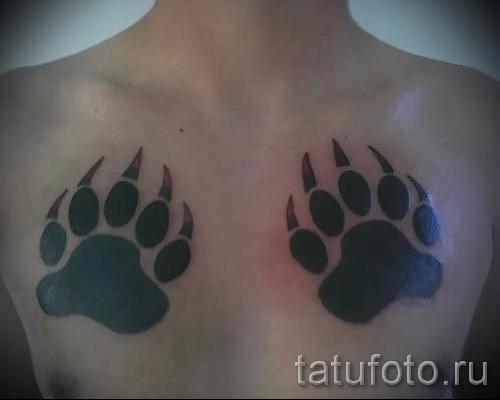 Тату лапа медведя пример на фото - два следа на груди у парня