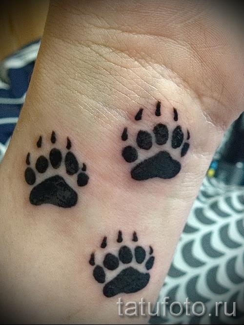 Тату лапа медведя пример на фото - несколько следов - татуировка на кисти руки или на запястье