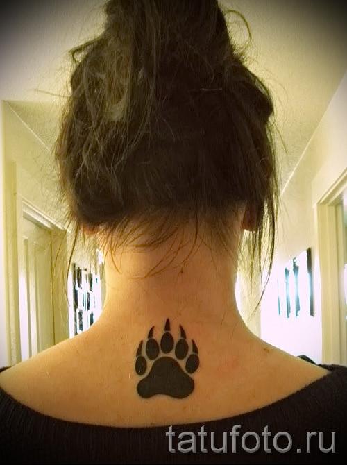 Тату лапа медведя пример на фото - татуировка на шее сзади у девушки