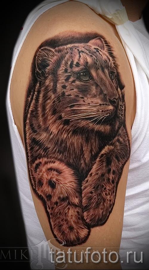 Фото тату барс - красивая татуировка на правом плече у мужчины