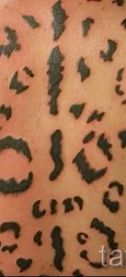 Фото тату барс – окраска пятнами на спине у мужчины