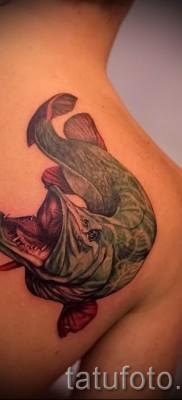 Фото тату щука – реалистичная цветная татуировка на лопатке и спине для мужчины