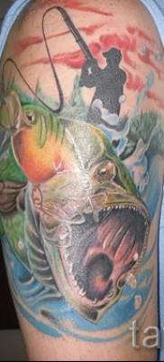 Фото тату щука – яркая цветная тату на плече у рыбака