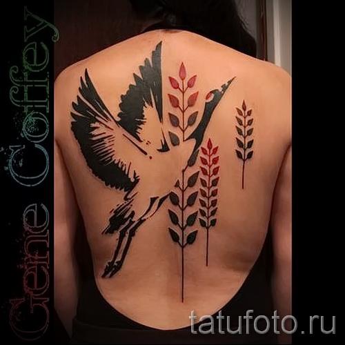 тату журавль фото пример - вариант с колосками пшеницы - тату на спине у девушки - крупный рисунок