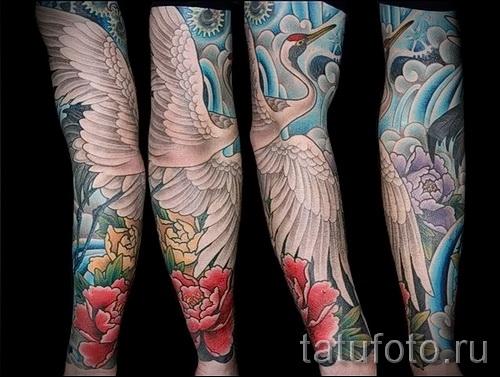 тату журавль фото пример с цветами и голубым небом - вариант рукавом на всю руку