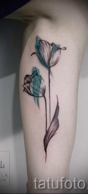 тату тюльпан фото – вариант на ноге у девушке – нанесена на икру