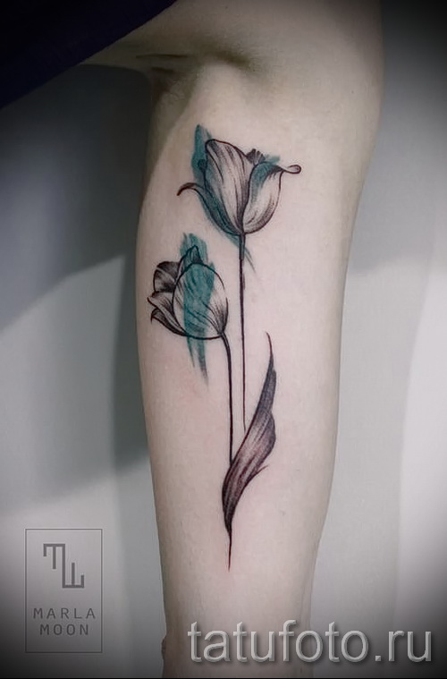 тату тюльпан фото - вариант на ноге у девушке - нанесена на икру