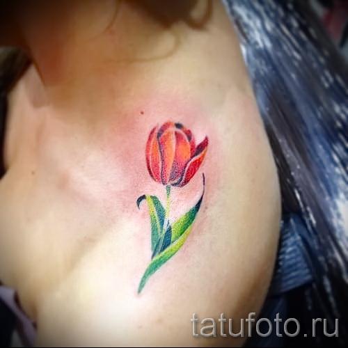 тату тюльпан фото - вариант на плече у девушки как погон