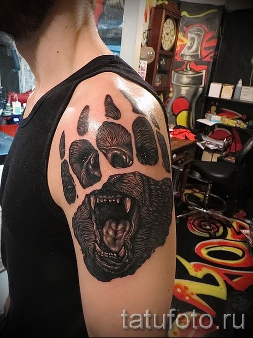 Тату лапа медведя пример на фото - вариант с оскалом медведя - работа на плече у мужчины