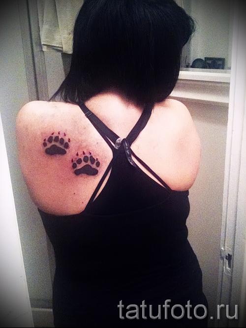 Тату лапа медведя пример на фото - два следа на лопатке у женщины
