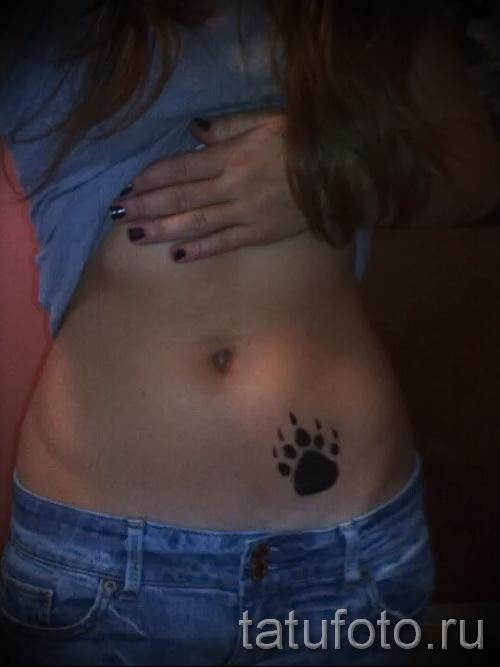 Тату лапа медведя пример на фото - интимная татуировка внизу живота у девушки