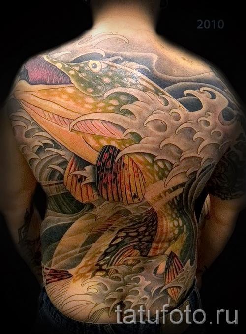 Фото тату щука - большая татуировка на всю спину у мужчины