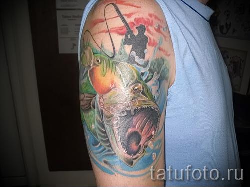 Фото тату щука - яркая цветная тату на плече у рыбака