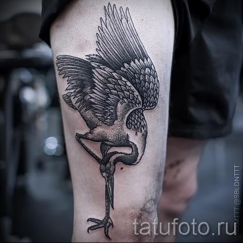 тату журавль фото пример - вариант с птицей стоящей на одной ноге - нанесена на ногу для мужчины