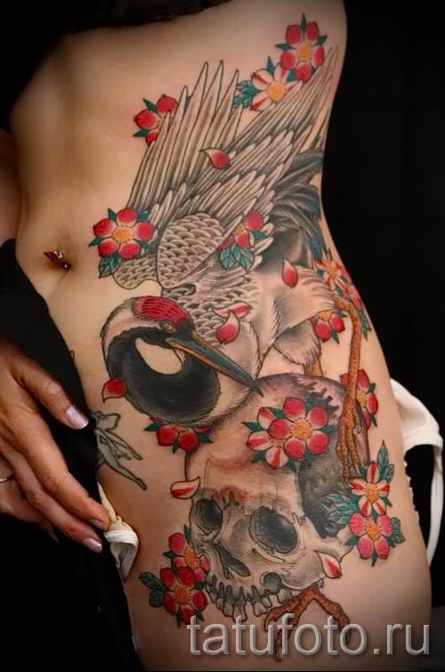 тату журавль фото пример и череп - татуировка на боку - бедре и попке у девушки