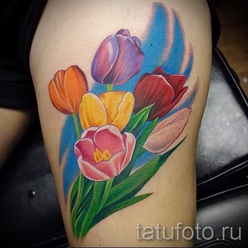 тату тюльпан фото - разноцветные цветы в тату на ноге