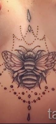 Пример тату пчелы на фото – вариант между грудей у молодой красивой девушки