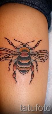 Пример тату пчелы на фото – крупная татуировка в нижней части ноги