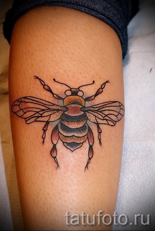Пример тату пчелы на фото - крупная татуировка в нижней части ноги